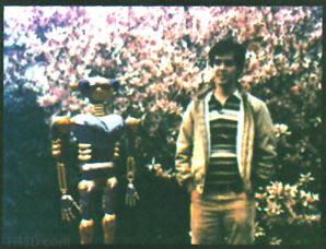 Michael Chou sanal robot karakteri ile birlikte goruluyor